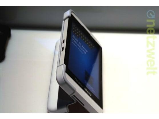 Das BlackBerry Transform Shell erweitert das Z10 um einen Kickstand.