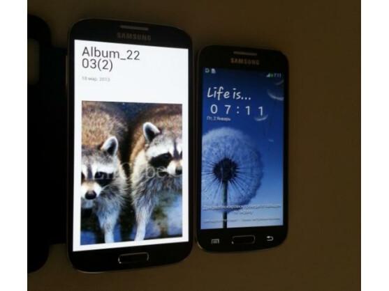 Das Galaxy S4 Mini (rechts) soll ein 4,3 Zoll großes Display bieten.