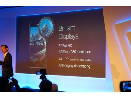 Hochauflösendes Display inklusive: Im Vergleich zum Vorgänger, dem PadFone 2, wächst die Anzeige um 0,3 Zoll.