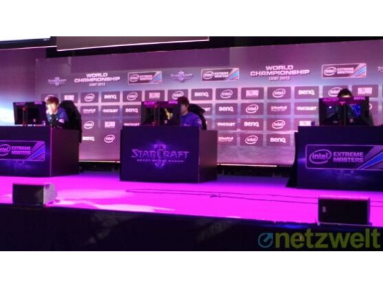 Koreanische Starcraft 2-Profispieler auf der Wettkampfbühne.