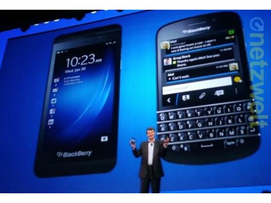 BlackBerry-Chef Thorsten Heins präsentiert das Z10 (links) und das Q10.
