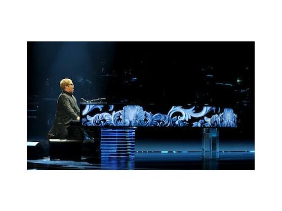 Elton John spielt gleichzeitig in mehreren Städten live.