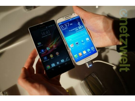 Das Sony Xperia Z (links) ist dem Samsung Galaxy S4 im ersten Vergleich knapp unterlegen.