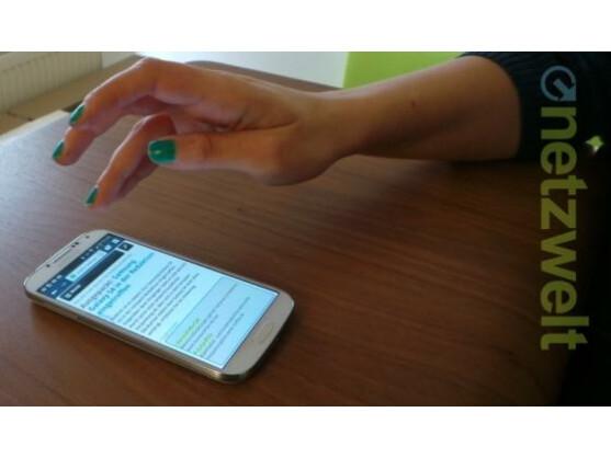 Mit Wischbewegungen über dem Display lässt sich durch eine Webseite scrollen.