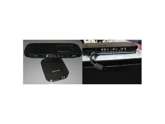 Links: Belkin Box mit Sender und Empfänger. Rechts: Die Anschlüsse.