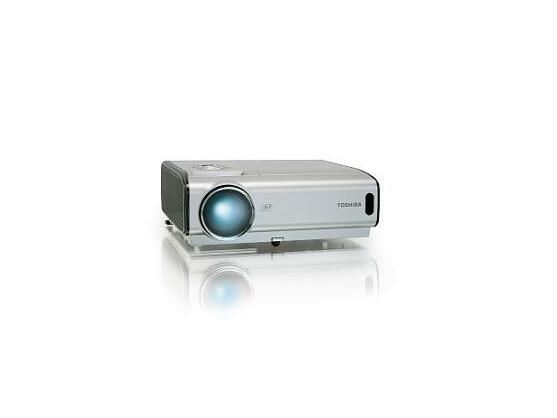 Strahlemann: Die neuen Toshiba-Beamer sind bis zu 4000 ANSI Lumen hell.