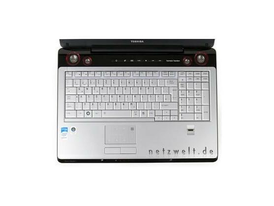 Arbeitsplatz für Zocker: Diese Tastatur eignet sich aber auch für Schreibarbeit.