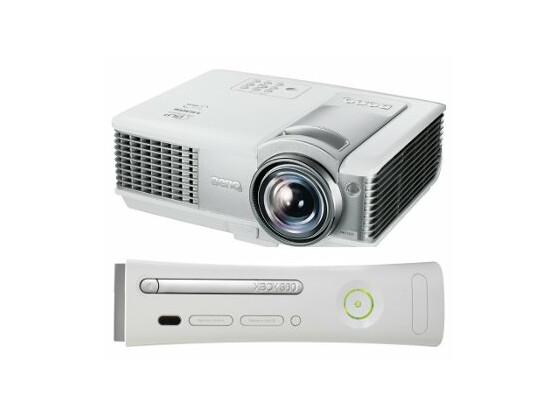 Den Beamer MP512ST von BenQ und die Xbox 360 von Microsoft gibt es im Paket zu Weihnachten für 629 Euro.
