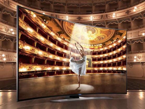 Gekrümmte Displays bei Fernseher sollen für mehr Tiefenwirkung sorgen. Der HU8590 von Samsung besitzt eine Bildschirmdiagonale von 65 Zoll und kostet 4.500 Euro (UVP).