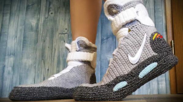 805649214701 Sehen doch fast wie die echten Nike Mag aus - gestricktes Paar Hausschuhe,  gesehen bei