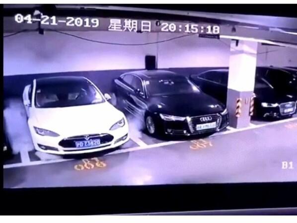 Tesla explodiert in Tiefgarage: Virales Video einer Überwachungskamera