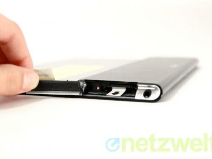 Der hinter einer Klappe versteckte Kartenleser schluckt normal große SD-Karten.