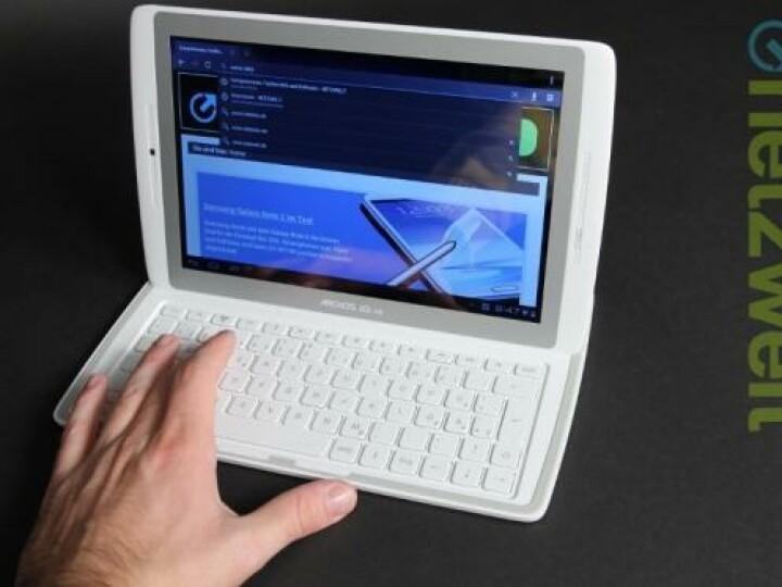 Beim Schreiben auf der Tastatur ist oft der dicke Rand im Weg. Zudem funktioniert die Tastatur nur auf einer ebenen Fläche einwandfrei.