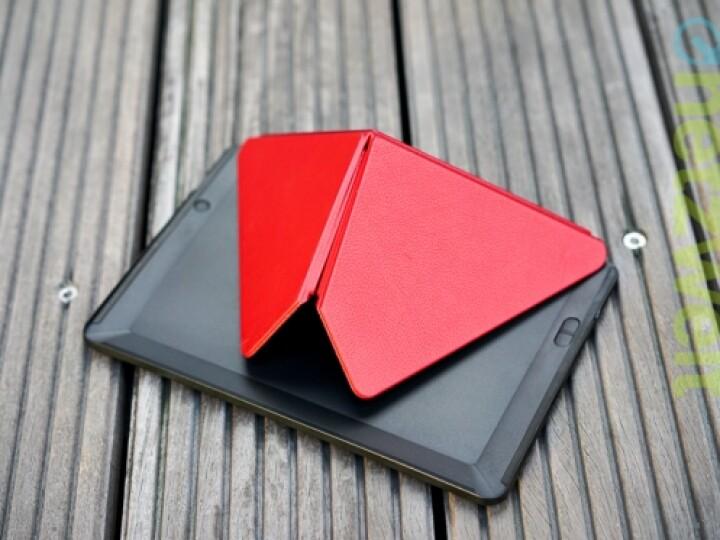 """Die durchaus praktische, aber recht schwere Origami-Hülle aus Leder liefert der Hersteller gegen Aufpreis mit. Das Tablet wird per Magnet """"eingeklinkt""""."""
