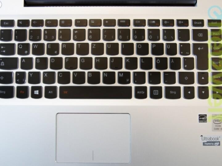 Gut leben und arbeiten lässt es sich mit den Eingabegeräten. Die Tastatur ist beleuchtet.