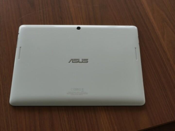 Die Rückseite der weißen LTE-Variante ist im Gegensatz zur reinen WLAN-Variante glatt. Zudem kommt ein Qualcomm-Chip an Stelle einer Intel-CPU zum Einsatz.