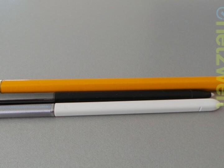 Der SPen des Galaxy Note (unten) ist dünner als ein Bleistift und der SPen des Note 2 (Mitte).