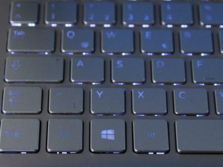 Die Tastaturbeleuchtung ist sehr unregelmäßig. Zudem schaltet der Umgebungslichtsensor die Beleuchtung meist willkürlich ein.