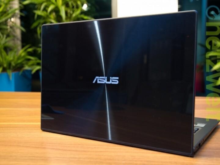 Die tiefblaue Front des aktuellen Asus Zenbook wird durch Gorilla Glass geschützt.