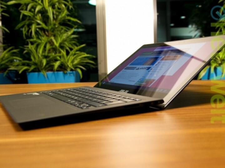 Der Touchscreen lässt sich maximal so weit wie abgebildet öffnen. Die Tastatur wird leicht angehoben.