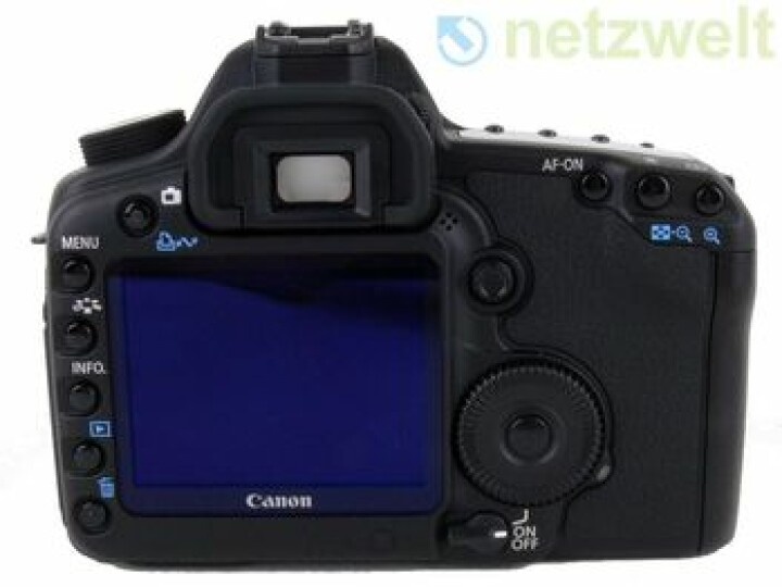 Auf der Rückseite der EOS 5D Mark II befinden sich neben dem drei Zoll großen Display zahlreiche Bedienelemente, mit denen man die Kamera zügig bedienen kann.
